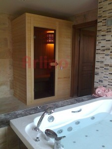 Görselde yerine göre özel olarak üretilmiş bir kabin sauna görülmektedir.